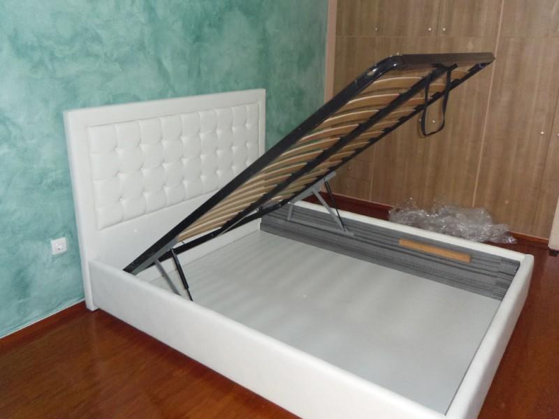 κρεβάτι άσπρο